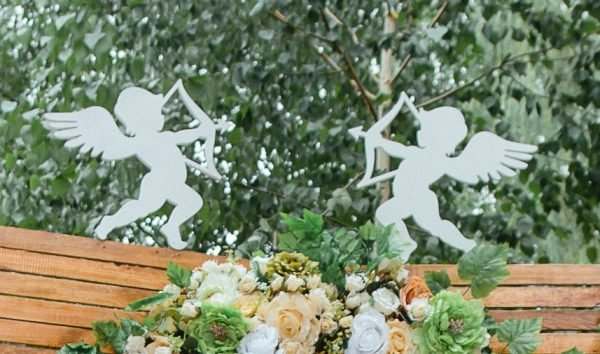 Деревянная свадебная арка с ангелами